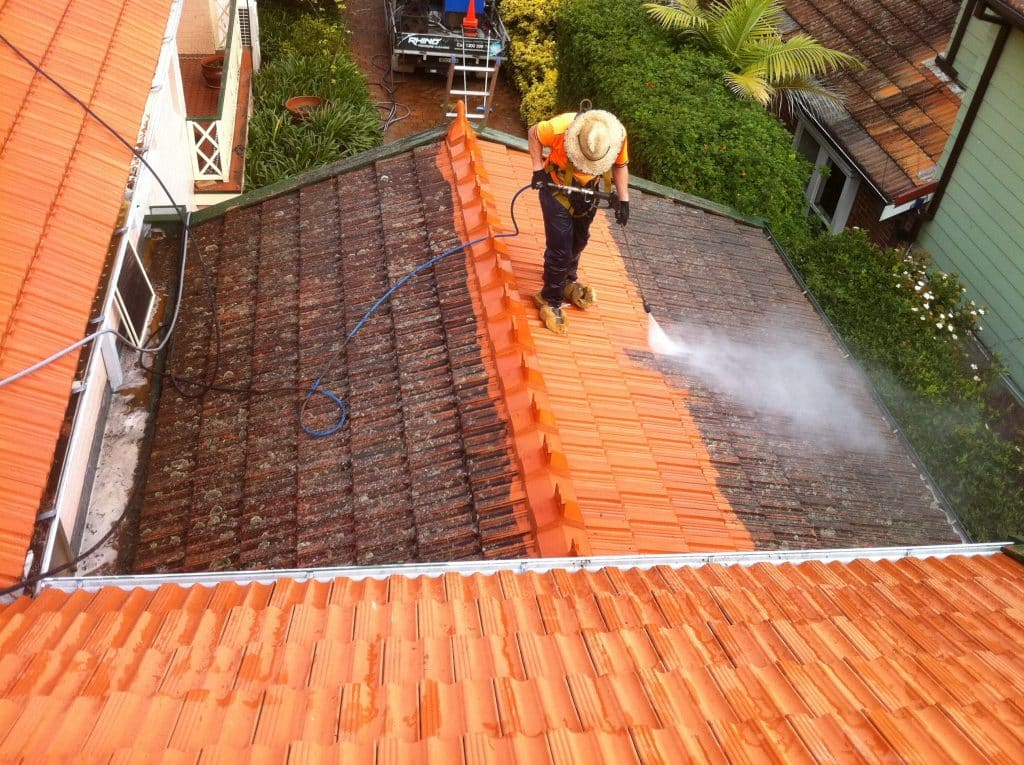 Cleaning roofs with a pressurewasher